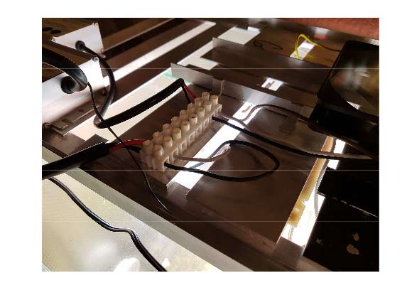 """""""čokoláda"""" s připojením vodičů z led modulu vpravo a zdroje vlevo. Mám tam dva zdroje, proto jsou tam vodiče čtyři. Jak vidíte, sám dodržuji bar vu jen z půlky, tedy """"černá jde na černou"""", mínus na mínus"""